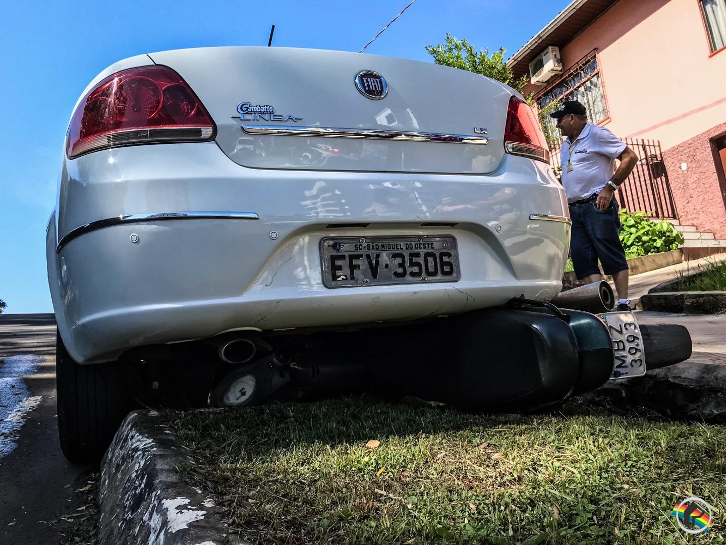 Freio de mão falha e carro passa por cima de moto