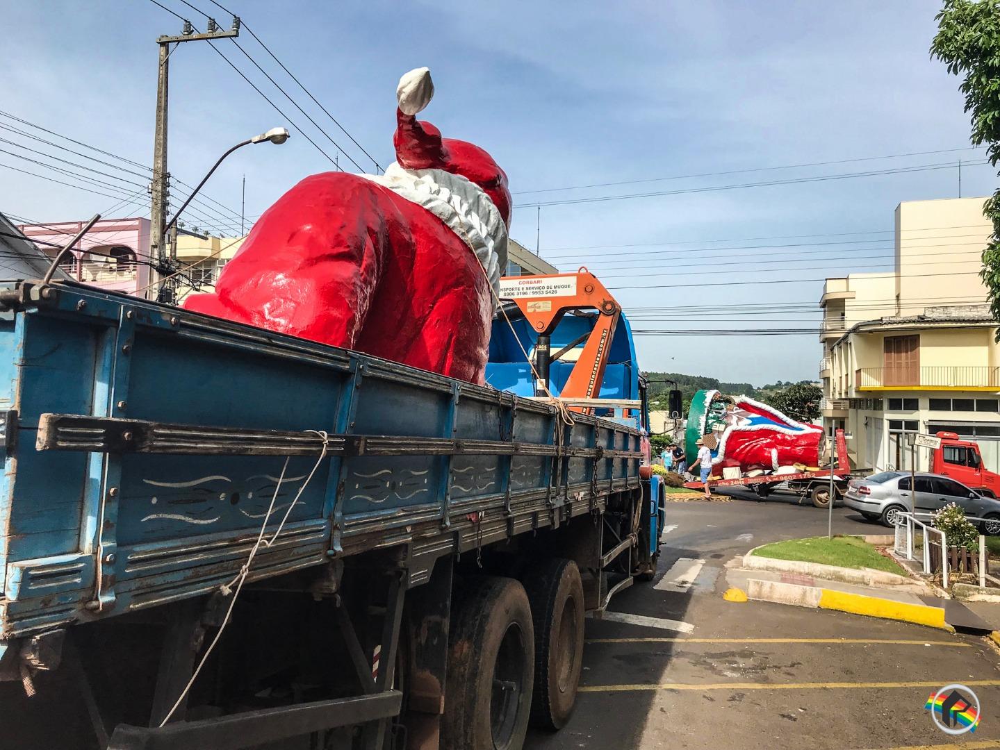 VÍDEO: Prefeitura inicia colocação de enfeites natalinos no centro