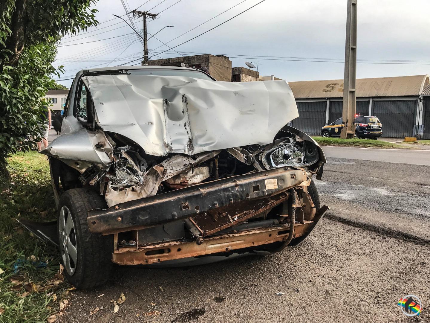 Colisão traseira envolve carro e caminhão na Willy Barth