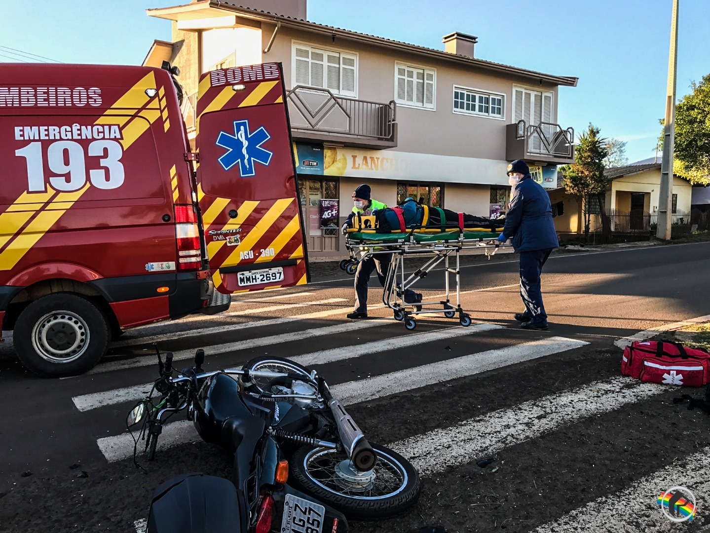 VÍDEO: Colisão traseira deixa motoqueiro ferido na Willy Barth