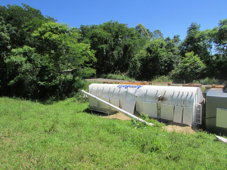 Caminhão sai da pista e tomba na SC-305 em Anchieta