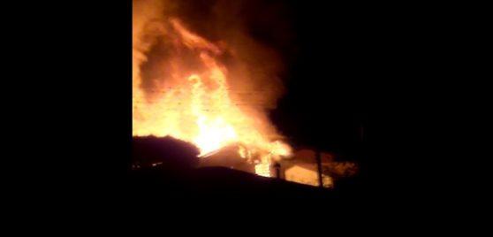 Bombeiros combatem incêndio em residência em Xanxerê