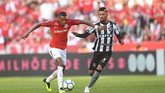 Internacional vence o Botafogo e volta ao G-4
