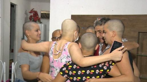Família raspa cabelo em apoio a jovem com leucemia