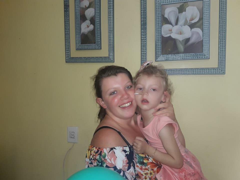 Pais buscam ajuda para tratamento de filha com doença rara