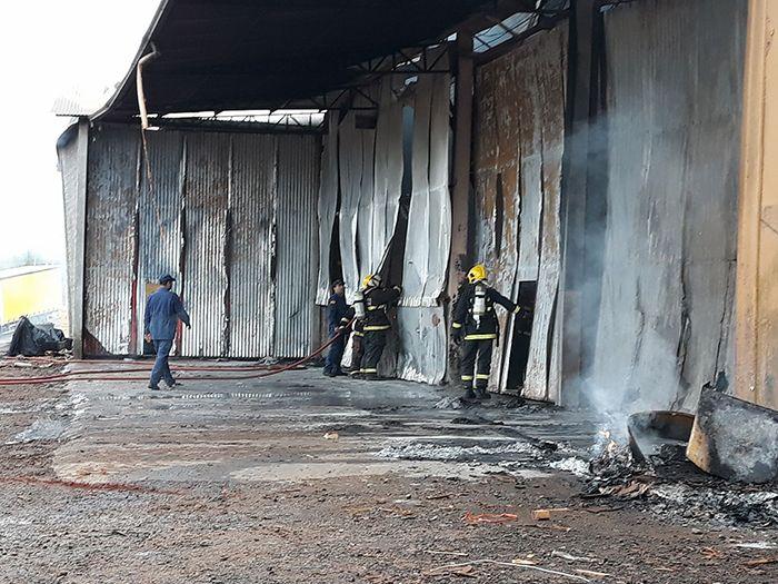 Empresa fica completamente destruída em incêndio