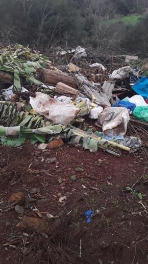 Lixo depositado irregularmente em local de preservação em Princesa
