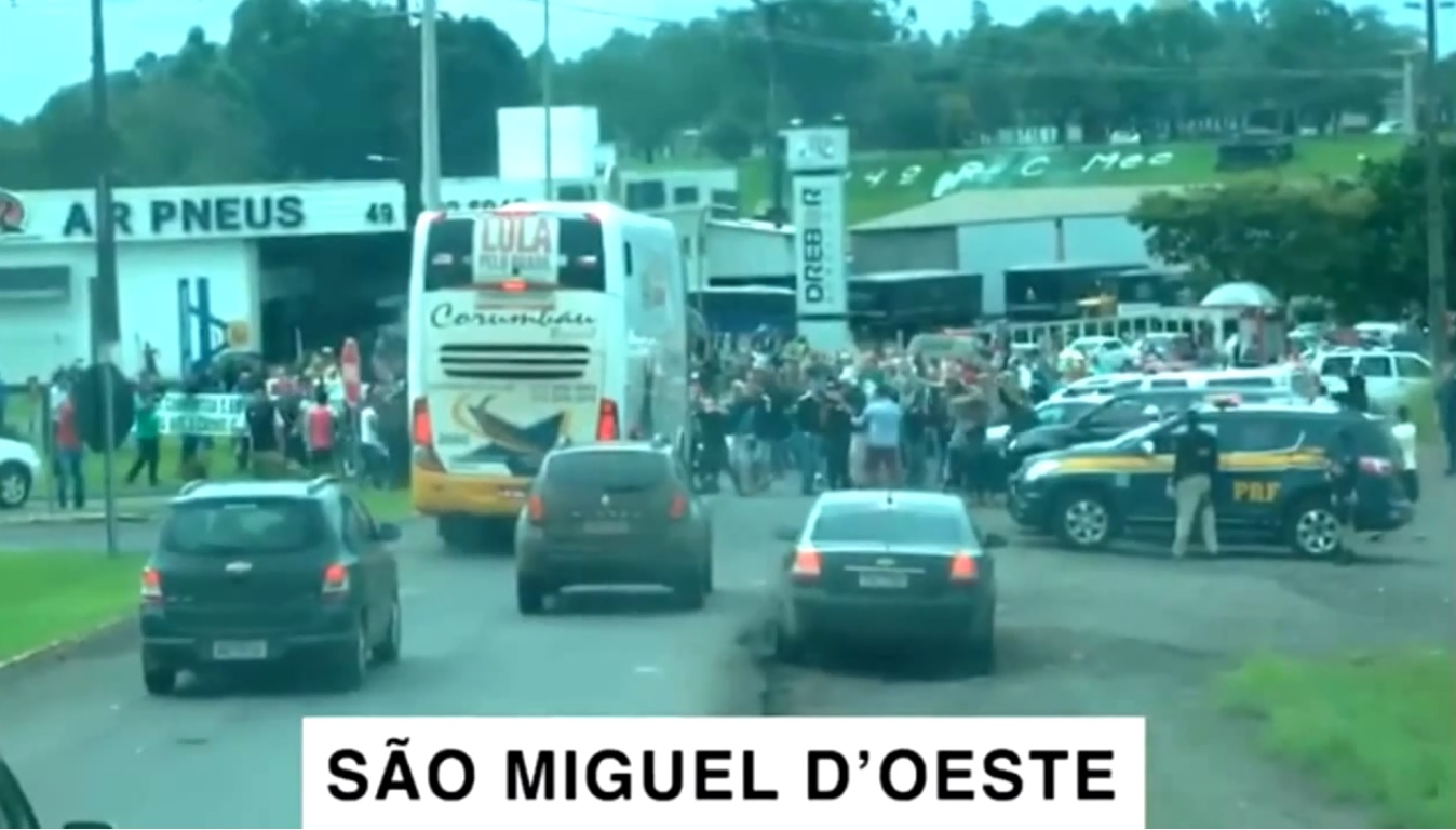Vídeo mostra manifestantes atacando caravana de Lula