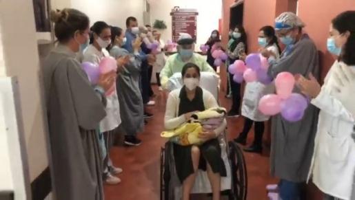 VÍDEO: Mãe com Covid-19 e recém-nascido recebem alta em Florianópolis