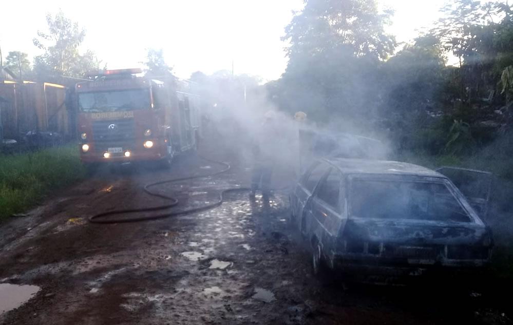 Veículo furtado é destruído por incêndio