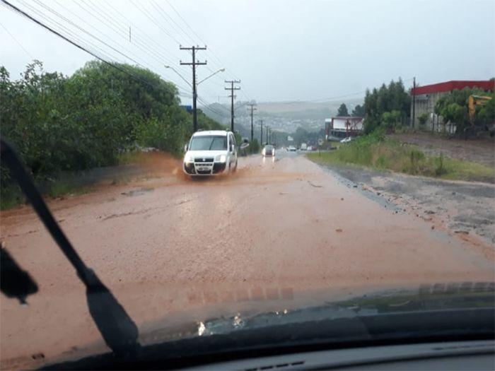 VÍDEO: Em poucas horas de chuva, ruas ficam alagadas em São Lourenço do Oeste