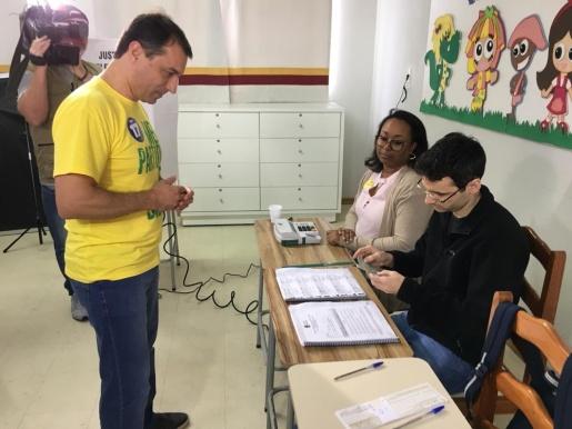 Comandante Moisés (PSL) vota em Tubarão