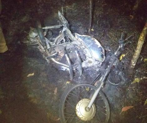Motocicleta furtada é encontrada queimada