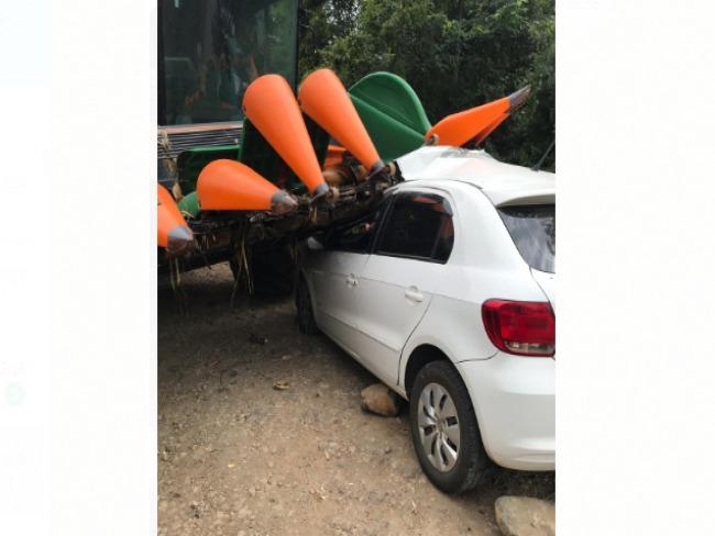 Acidente envolvendo maquina agrícola e dois carros deixa condutor gravemente ferido