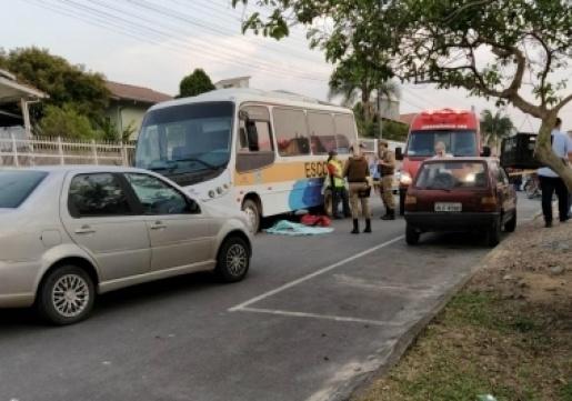 Menino de 9 anos morre atropelado por micro-ônibus escolar em SC