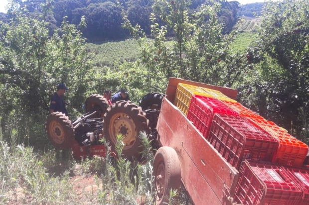 Agricultor morre ao tombar trator em Videira