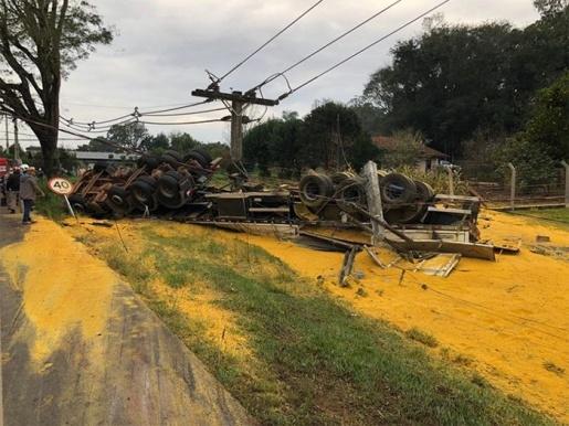 Caminhão carregado com 37 toneladas de milho tomba no Paraná