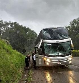 Ônibus da equipe de Maiara e Maraisa sofre acidente na PR-483