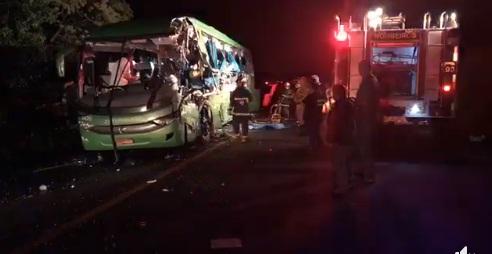 Colisão entre ônibus e caminhão deixa cinco mortos no Paraná