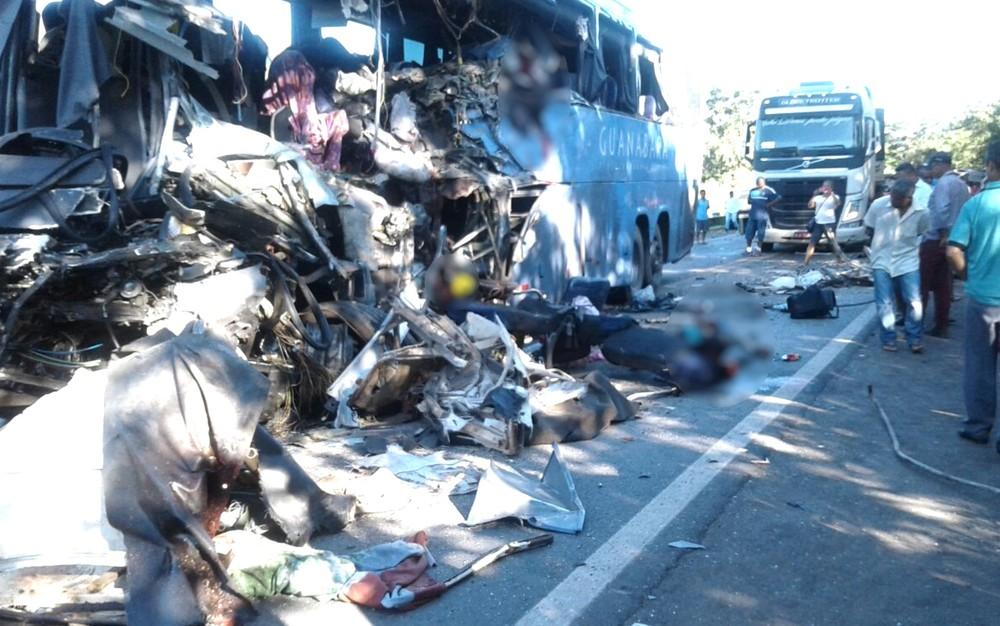 VÍDEO: Motorista e bebê estão entre mortos em colisão envolvendo ônibus e carreta em GO