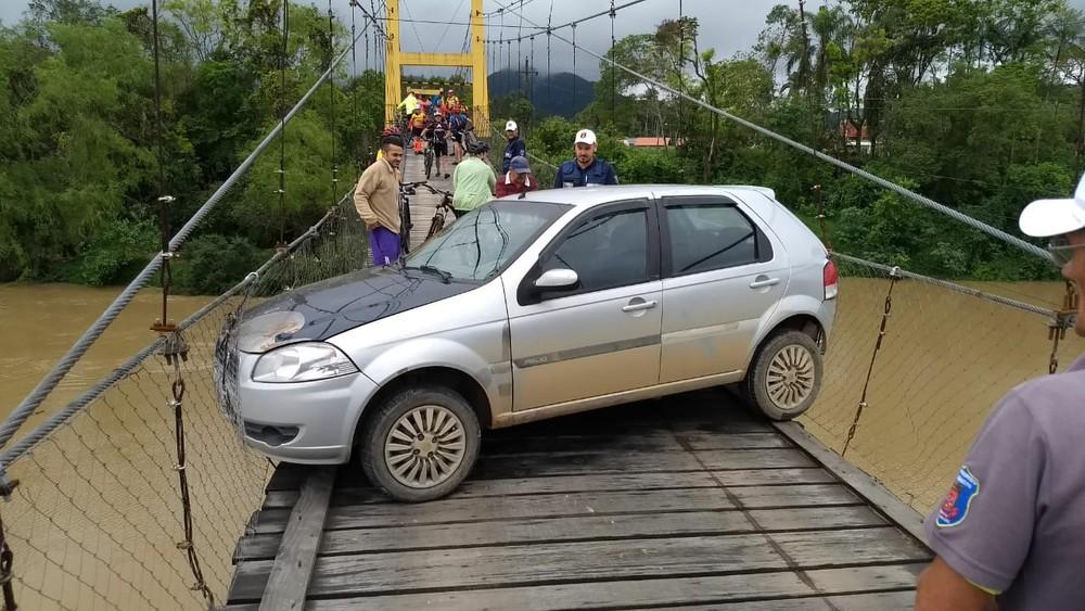 Carro fica atravessado em ponte pênsil em Indaial