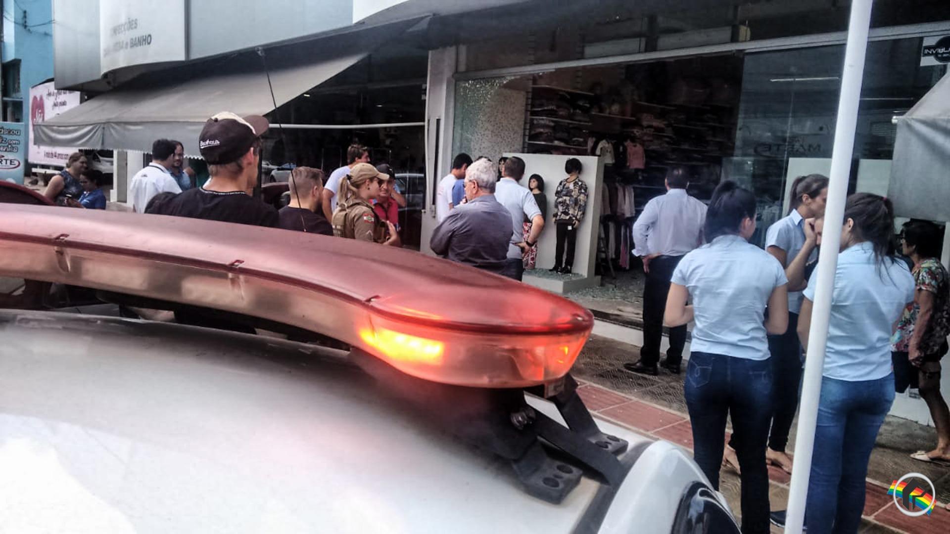 Carro invade loja no centro de São Miguel do Oeste