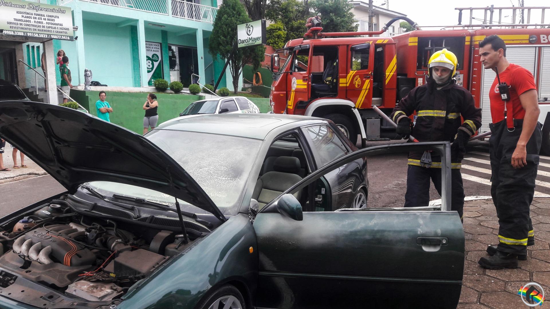 Veículo pega fogo no centro de São Miguel do Oeste