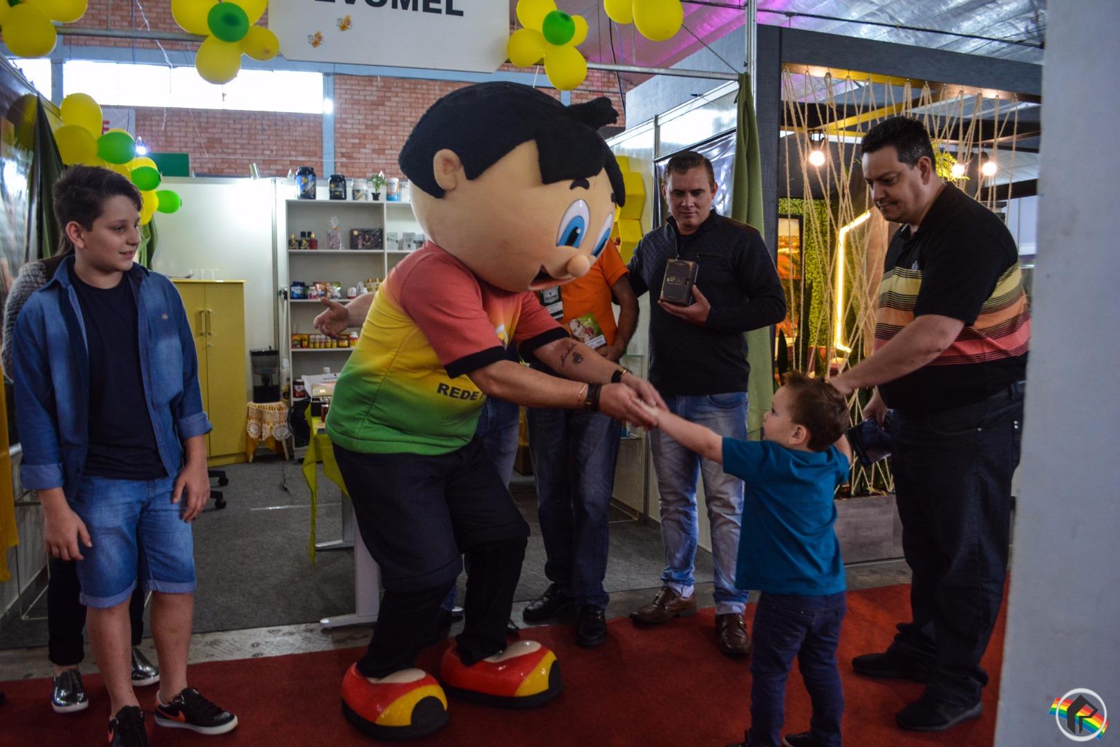 Mascote da Peperi e diretor visitam os estantes da Faismo 2017