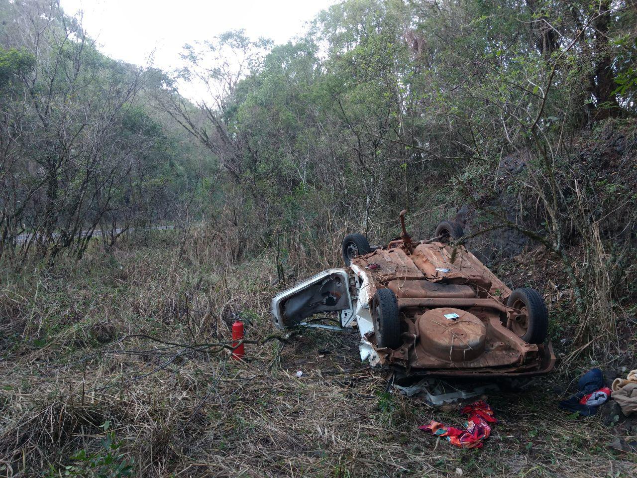 Caroneira morre em saída de pista na BR-282