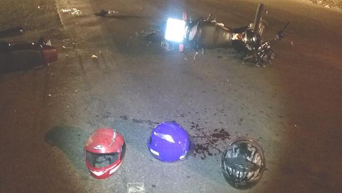 Jovem fica gravemente ferido em acidente entre duas motos