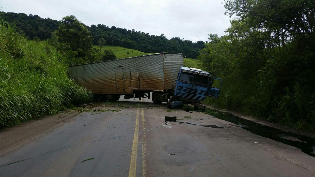 Por problemas nos freios, caminhão sai da pista na BR 282