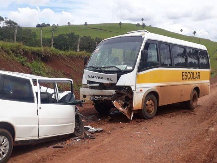 Motorista morre em colisão contra veículo de transporte escolar
