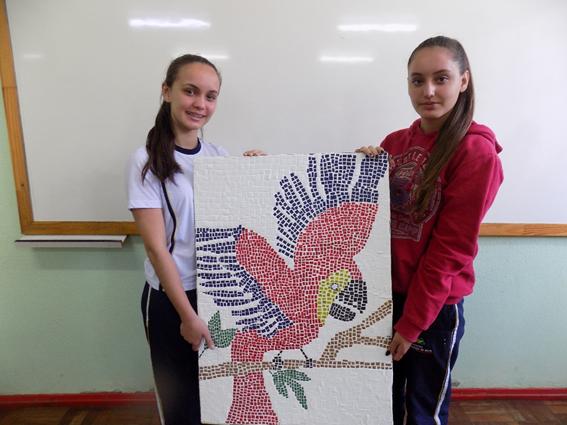 Alunos transformam lixo em arte dentro de sala de aula
