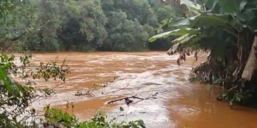 Carro cai no rio e bombeiros procuram por vítimas
