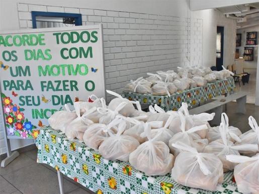 Famílias em situação de vulnerabilidade social recebem doação de pães