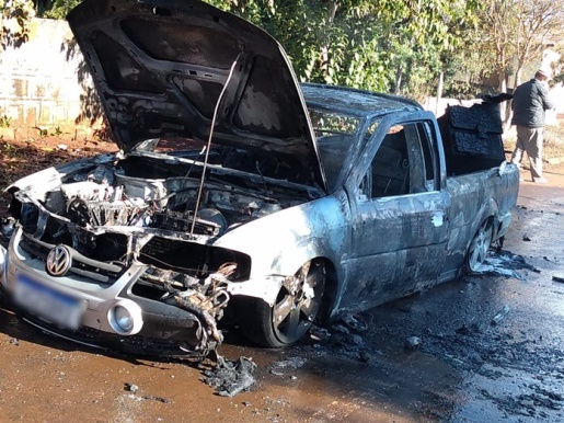 Saveiro é completamente destruída por fogo em Marmeleiro