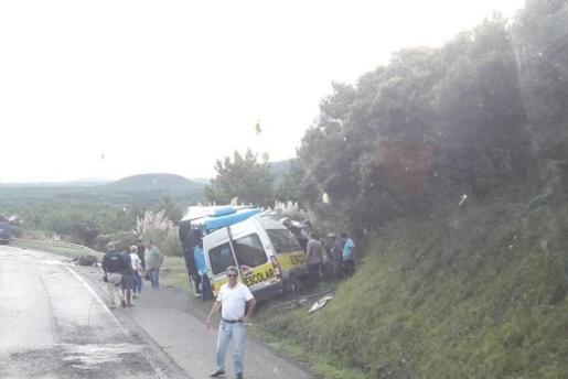 Van escolar e caminhão colidem em grave acidente na BR-153