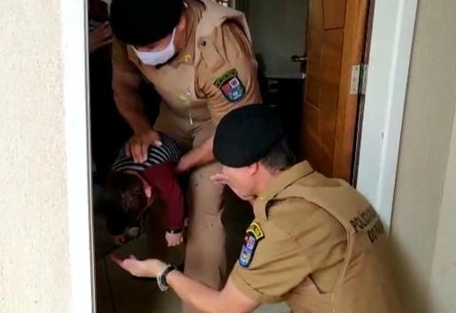 VÍDEO: Policiais Militares salvam bebê que se afogou em piscina