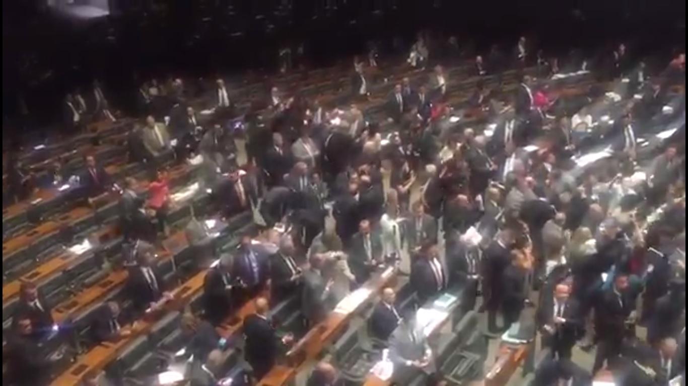 Vídeo: Após informação sobre gravação de Temer, deputados gritam Diretas Já