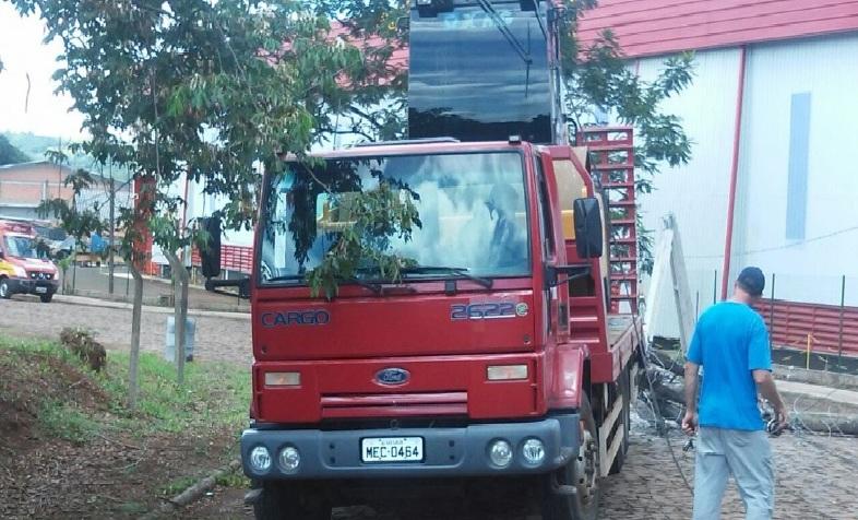 Poste energizado cai e deixa pessoas presas em caminhão em São Carlos