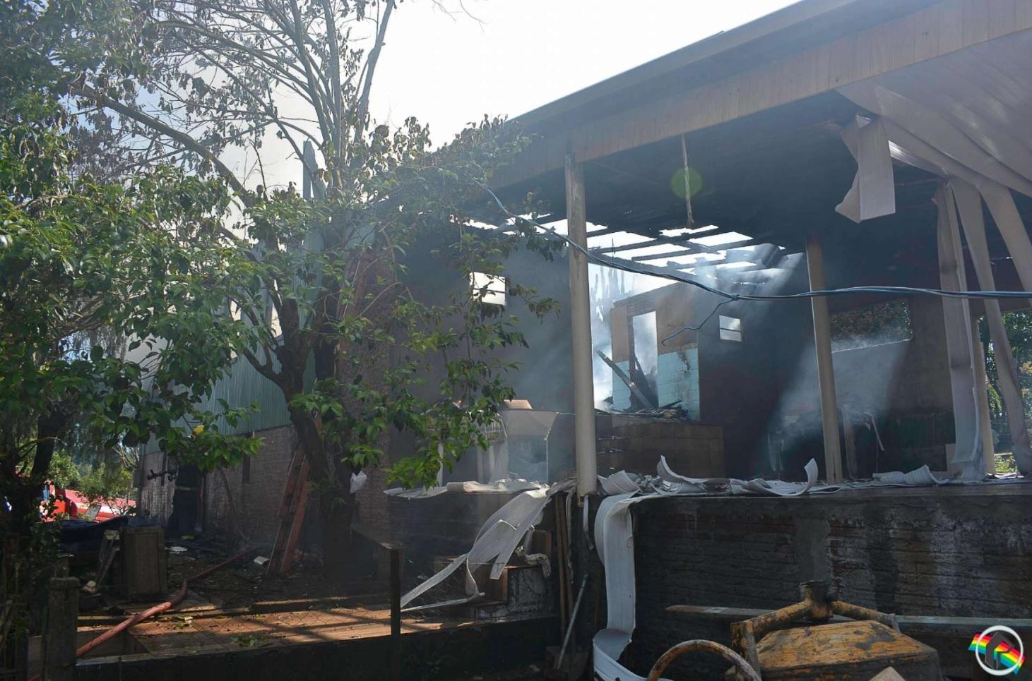 VÍDEO: Moradora que teve casa destruída pelo fogo pede ajuda