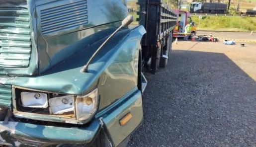 Jovem de 19 anos morre em acidente entre caminhão e moto
