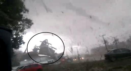VÍDEO: Imagens mostram vendaval arrancando telhado de empresa