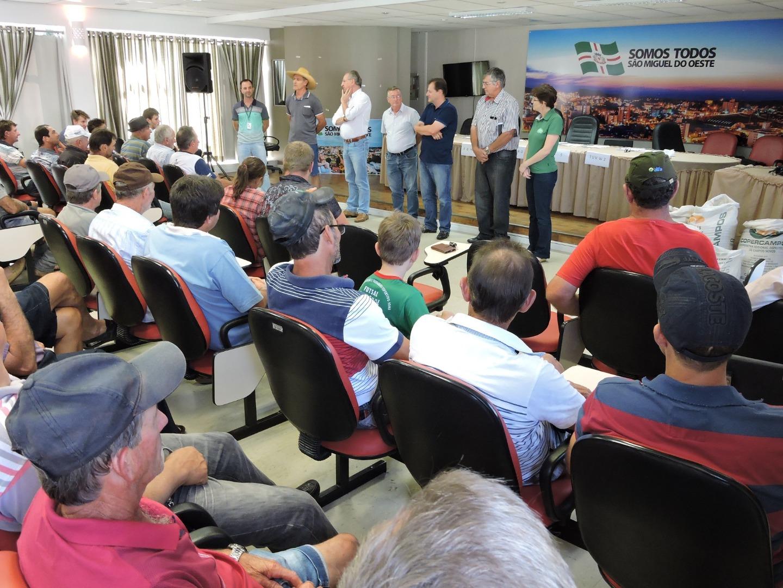 Agricultores lotam Salão Nobre da Prefeitura para retirada de sementes