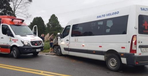 Acidente envolvendo veículo da saúde deixa cinco feridos na BR-282