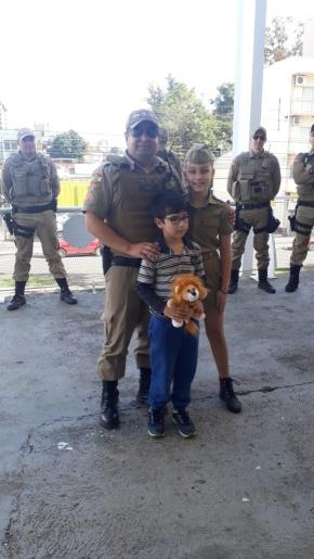 Menino de Maravilha recebe visita de policiais às vésperas de cirurgia