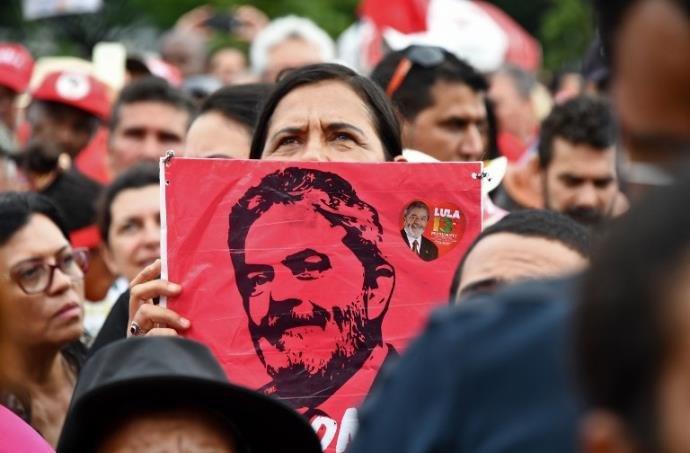 Lula acompanha julgamento ao lado de Dilma e outros políticos