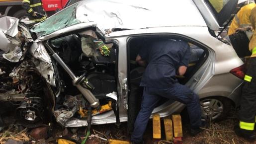 Acidente na BR-282 deixa motorista com fraturas e preso nas ferragens