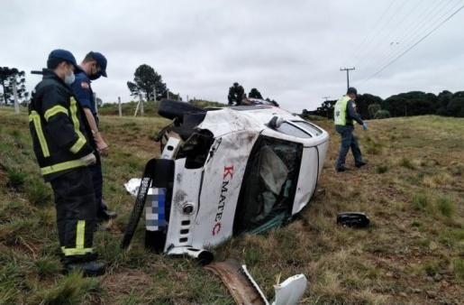 Motorista é encontrado morto ao lado de carro capotado