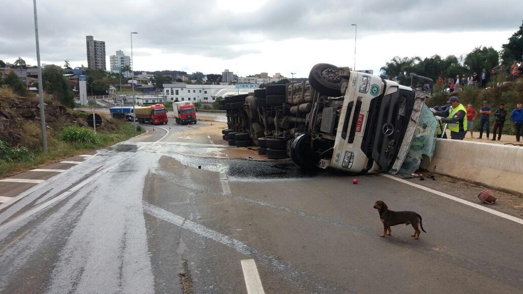 Caminhoneiro morre ao tombar veículo na BR-282